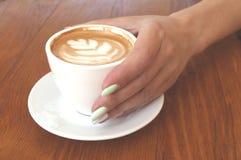 Feche acima do copo e das mãos de café imagens de stock royalty free