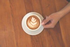 Feche acima do copo e das mãos de café imagem de stock royalty free