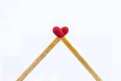 Feche acima do coração dos matchsticks dado forma no fundo branco Imagem de Stock