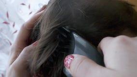 Feche acima do corte de cabelo dos homens com a tosquiadeira no vídeos de arquivo