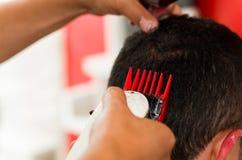 Feche acima do corte de máquina vermelho um cabelo do homem, cabelo curto Imagem de Stock
