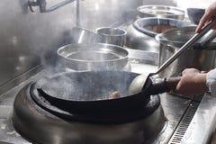 Feche acima do cozinheiro chefe de trabalho que prepara o alimento chinês Fotografia de Stock Royalty Free