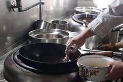 Feche acima do cozinheiro chefe de trabalho que prepara o alimento chinês Fotos de Stock Royalty Free