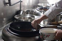 Feche acima do cozinheiro chefe de trabalho que prepara o alimento chinês Imagem de Stock Royalty Free