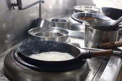 Feche acima do cozinheiro chefe de trabalho que prepara o alimento chinês Fotos de Stock