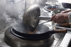 Feche acima do cozinheiro chefe de trabalho que prepara o alimento chinês Imagens de Stock Royalty Free