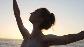 Feche acima do dançarino de bailado energético que pratica fora Elementos clássicos praticando do bailado seaside Sol da manhã no video estoque