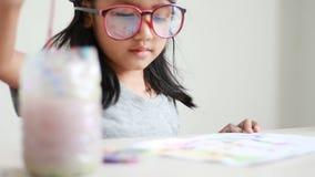 Feche acima do desenho e da pintura asiáticos da menina do tiro para o conceito 003 da educação da arte vídeos de arquivo