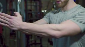 Feche acima do desportista, que está fazendo o exercício xable no gym moderno video estoque