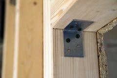 Feche acima do detalhe de elementos de madeira da parede da construção da casa Inte foto de stock
