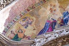 Feche acima do detalhe de mosaico exterior na basílica do ` s de St Mark em Veneza Imagem de Stock Royalty Free