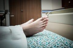 Feche acima do detalhe do pé da mulher no hospital Fotografia de Stock