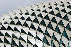 Feche acima do detalhe do telhado de janelas de exibição da construção e dos painéis triangulares em um teste padrão imagem de stock