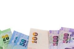 Feche acima do dinheiro tailandês no fundo (isolado) Imagem de Stock
