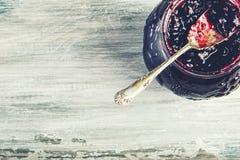 Feche acima do doce de morango doce grosso com colher velha Fotografia de Stock Royalty Free