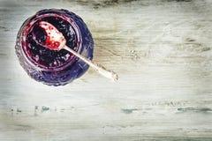 Feche acima do doce de morango doce grosso com colher velha Imagens de Stock