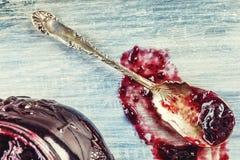 Feche acima do doce de morango doce grosso com colher velha Imagens de Stock Royalty Free
