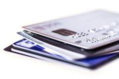 Feche acima do empilhamento de cartões de crédito com DOF extremamente raso Fotografia de Stock