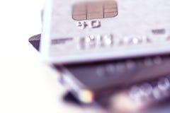 Feche acima do empilhamento de cartões de crédito com DOF extremamente raso Imagens de Stock