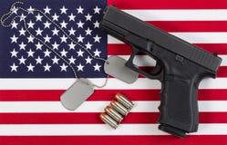 Feche acima do equipamento militar na bandeira dos EUA Fotografia de Stock