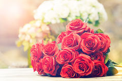 Feche acima do estilo bonito do processo de cor do cinema do ramalhete das rosas vermelhas fotos de stock royalty free