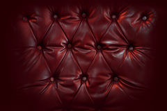 Feche acima do estilo retro do sofá, matéria têxtil vermelha do capitone Fotos de Stock Royalty Free