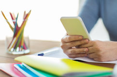 Feche acima do estudante com smartphone e caderno imagem de stock royalty free