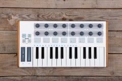 Feche acima do fader, do botão e das chaves do volume do controlador de MIDI imagens de stock
