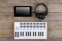 Feche acima do fader, do botão e das chaves do volume do controlador de MIDI fotos de stock