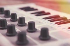 Feche acima do fader, do botão e das chaves do volume do controlador de MIDI foto de stock