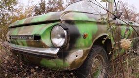 Feche acima do farol do oldtimer tiro Close-up do farol soviético velho do carro Carro destruído velho O conceito de filme