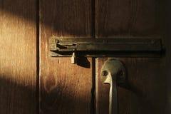 Feche acima do fechamento de bronze na porta de madeira Fotos de Stock