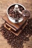 Feche acima do feijão de café fresco no moedor do feijão de café Foto de Stock Royalty Free