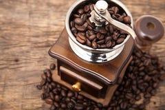 Feche acima do feijão de café fresco no moedor do feijão de café Fotos de Stock Royalty Free