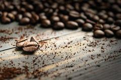 Feche acima do feijão de café na madeira Imagens de Stock Royalty Free