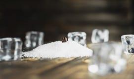 Feche acima do feijão de café no açúcar do café, conceito Fotos de Stock Royalty Free