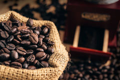 Feche acima do feijão de café no saco Imagem de Stock Royalty Free