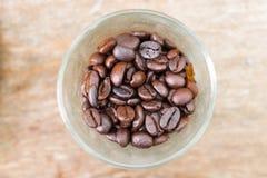 Feche acima do feijão de café no vidro Fotos de Stock Royalty Free