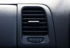 Feche acima do fluxo da saída do carro do ockpit do condicionador de ar imagens de stock royalty free