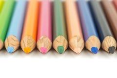 Feche acima do foco seletivo do lápis colorido da cor empilhado no whi fotografia de stock royalty free