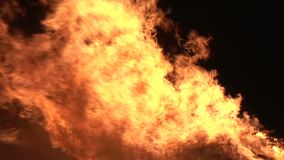 Feche acima do fogo que queima-se no fundo e em lotes pretos do fumo filme