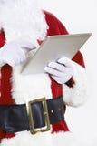 Feche acima do fundo do branco de Santa Claus Using Digital Tablet On imagens de stock royalty free