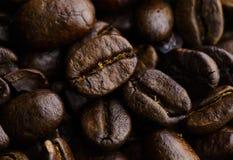 Feche acima do fundo roasted dos feijões de café imagem de stock royalty free