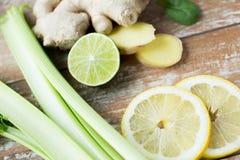 Feche acima do gengibre, do aipo e do limão na tabela Imagens de Stock