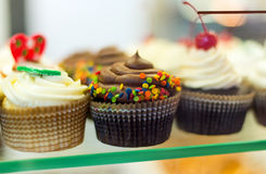 Feche acima do grupo de queques coloridos Foto de Stock Royalty Free