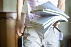 Feche acima do grupo novo do holidng do estudante dos livros na universidade f foto de stock royalty free