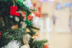 Feche acima do hangin decorado minúsculo vermelho das sapatas, da caixa de presente e da quinquilharia imagem de stock royalty free