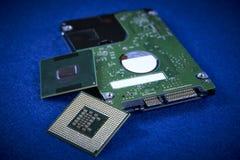 Feche acima do hardware do mecanismo do ` s do disco rígido e do proc dois internos foto de stock