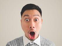 Feche acima do headshot do homem surpreendido e chocado da cara foto de stock