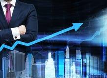 Feche acima do homem com mãos cruzadas Seta crescente como um conceito do sucesso Arquitetura da cidade do holograma na vista dia Fotos de Stock Royalty Free